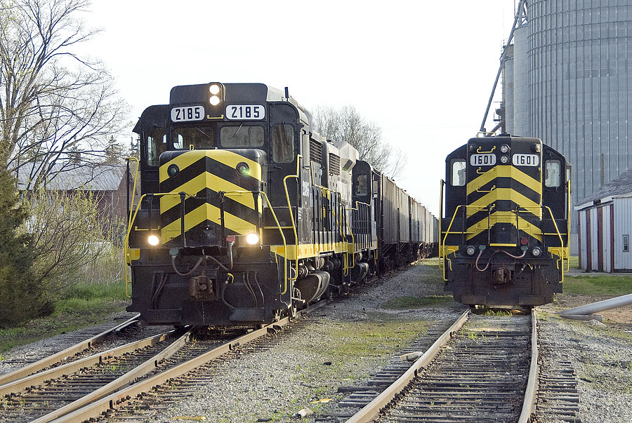 IN 2185 heads southbound loads out of Reading. (May, 2007)
