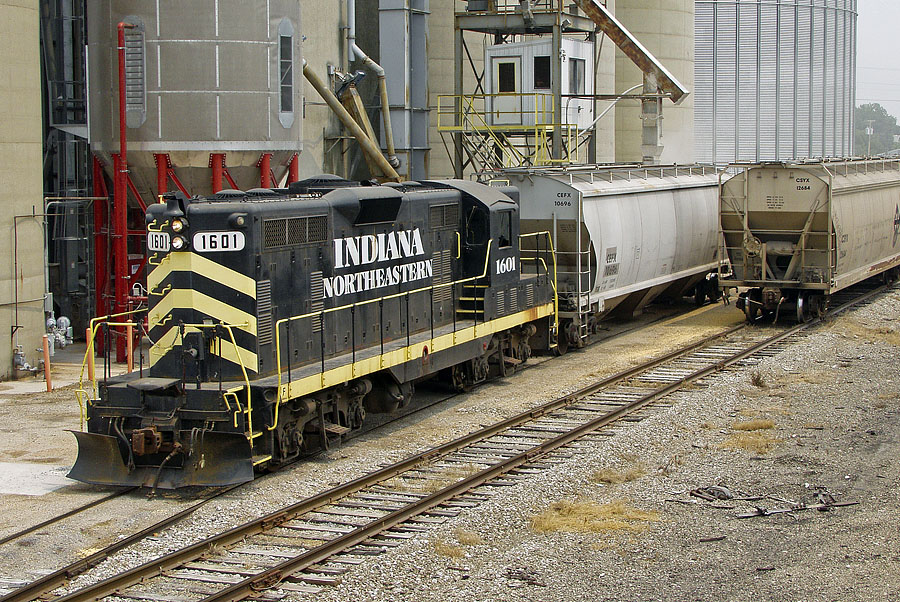 IN 1601 loads grain at Edon. (August, 2004)